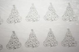 Organtyna - srebrne choinki na białym tle