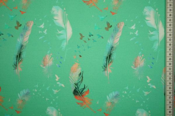 Dzianina - pióra na zielonym tle