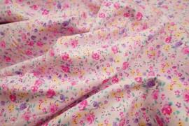 Bawełna drukowana w różowe, fioletowe, żółte kwiatki na jasnoróżowym tle