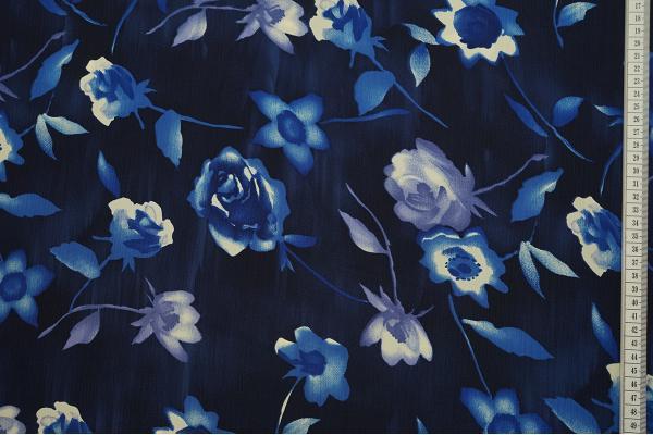 Tkanina sukienkowa w kolorze granatowym w niebieskie i fioletowe kwiaty