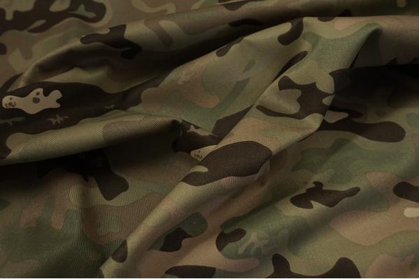 Tkanina kamuflażowa w kolorze zielonym i brązowym