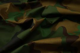 Tkanina kamuflażowa w odcieniach zieleni i brązu