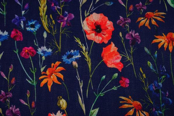 Len z wiskozą - kolorowe kwiaty na granatowym tle