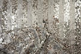 Cekiny w kolorze srebrnym na białym tle