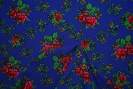 Tkanina regionalna w duże róże na niebieskim tle