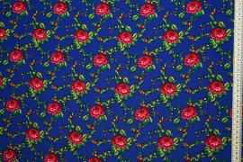 Tkanina regionalna w róże na niebieskim tle