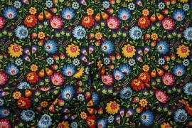 Tkanina regionalna w kolorowe kwiaty na czarnym tle
